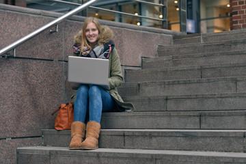 Junge Frau lernt auf Treppenstufen
