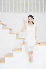 階段に座る若い女性・OK