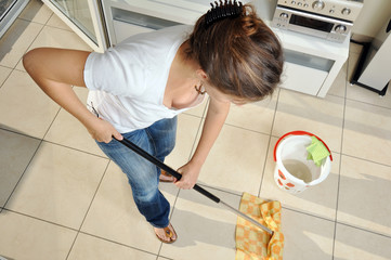 Hausfrau beim Hausputz mit Eimer und Aufnehmer