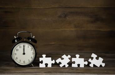 Wecker mit Puzzle Teilen als Business Konzept