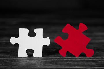 Zwei Puzzle Teile in weiß und rot für Konzepte