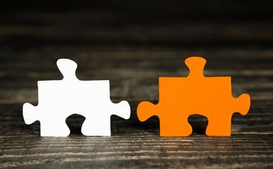 Zwei Stück Puzzle als Business Hintergrund orange weiß