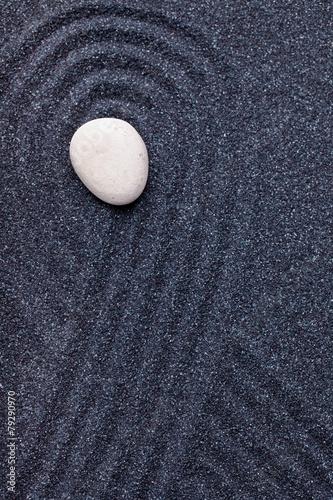 ogrod-zen-z-bialym-kamieniem-z-falami-w