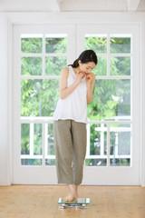 体重計・若い女性