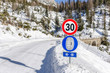 Leinwanddruck Bild - Traffic Sign on a Mountain Road in Winter