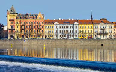 Prague, quai Smetana et vieille ville vue de la rive gauche