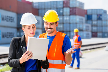 Arbeiter von Hafen oder Spedition vor Container