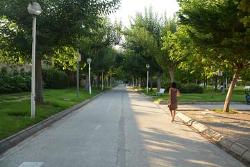 mujer caminando por los jardines del turia en valencia