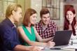 studenten schauen zusammen auf laptop