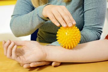 Ergotherapie mit Igelball auf Arm