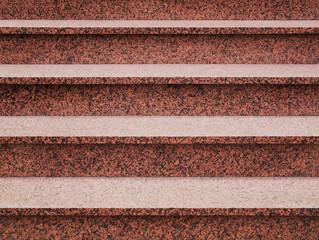 Moderne Außentreppe aus rosa Granit frontal