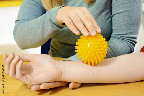 Ergotherapie mit Igelball auf Arm - 79304327
