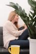 Frau auf der Couch, schreibt auf dem Tablet PC