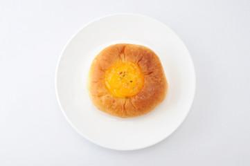 お皿にのせた オレンジ マーマレード パン 白背景