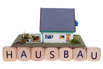 Haus mit Holzwürfel und dem Wort Hausbau