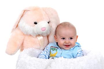 Portret małego dziecka z dużym zającem.