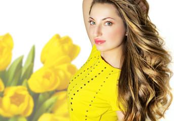 Весенний портрет красивой молодой женщины