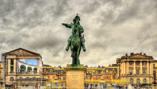 Leinwanddruck Bild Statue of Louis XIV in front of the Palace of Versailles near Pa