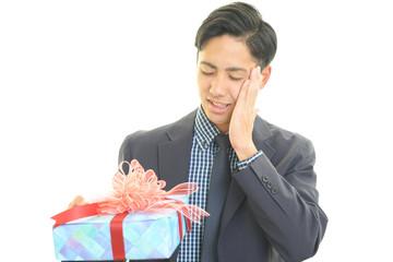 プレゼントを持つ男性