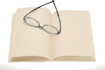 白紙の本の上にメガネ
