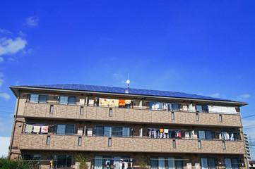 青空に映える集合住宅