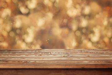 пустой деревянный стол на фоне боке