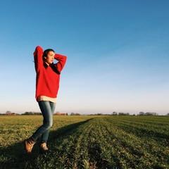 Mädchen steht auf Feld