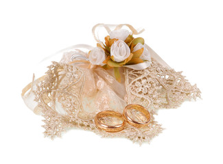 Favor with tulle and wedding rings.
