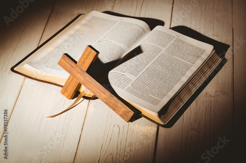 Fotobehang Begraafplaats Open bible and wooden cross