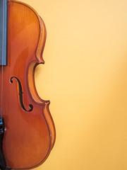 Detail einer Geige vor gelbem Hintergrund