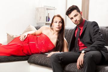 Elegantes junges Paar auf einer Couch