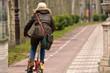 mujer circulando en bicicleta por la ciudad