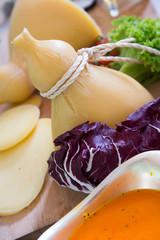 Caciocavallo e insalata viola