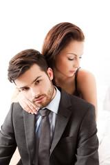 Junge Frau schmiegt sich an ihren Partner