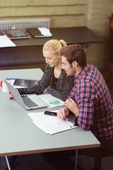 konzentrierte junge geschäftsleute schauen auf laptop