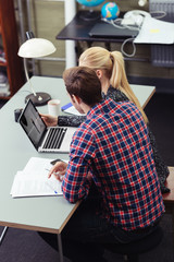 junge leute arbeiten zusammen am laptop