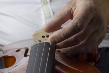 Main d'homme accordant violon