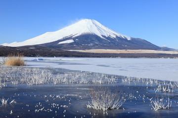 富士山と凍てつく山中湖
