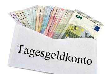 Tagesgeldkonto - Geldscheine im Briefumschlag