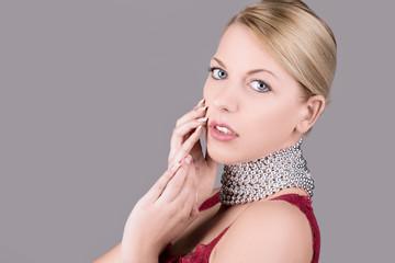 Portrait einer Frau mit Perlenkette