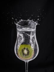 bicchiere splash con fetta di kiwi