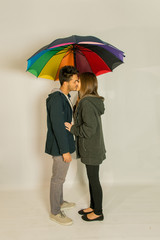 Ritratto di coppia con ombrello colorato