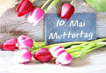 10. Mai Muttertag, Tafel mit Tulpen