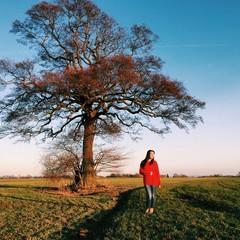 Frau vor Baum