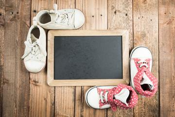 黒板と子供用の靴