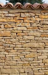 Mediterrane Steinmauer