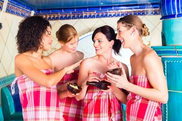 Frauen im Hammam Dampfbad mit Wellness Peeling