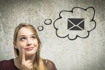 Junge Frau denkt an Brief