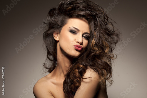 Billede marvelous beautiful brunette posing in the studio - hair styling