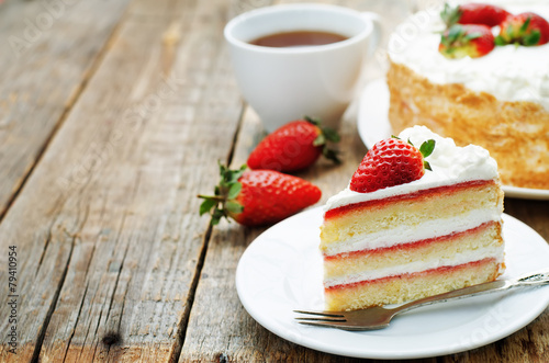 Leinwandbild Motiv cake with cream and strawberries